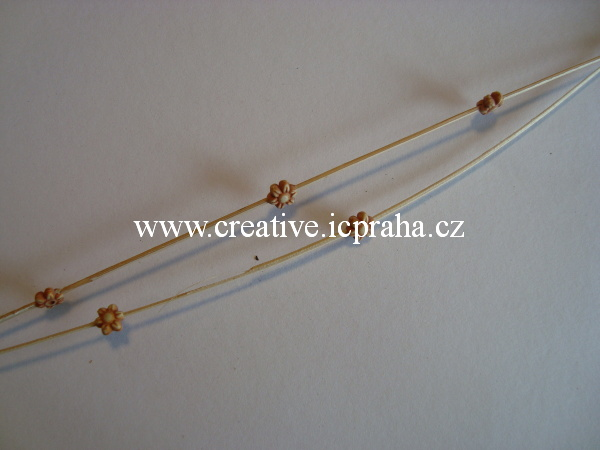 dřevěná tyčka s kytičkami