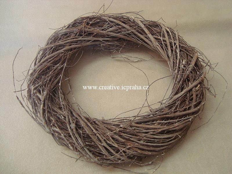 věnec z větví pletený hnědobílý- 25cm