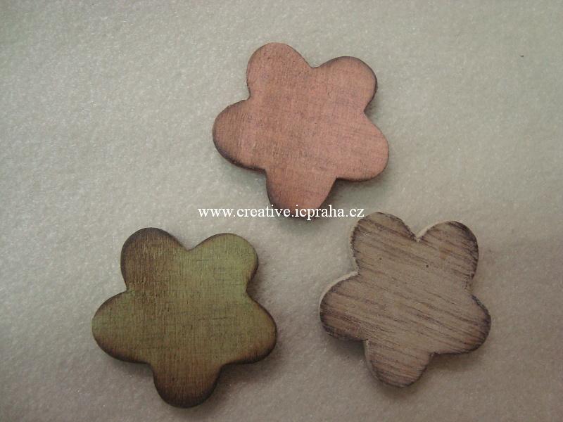 dřevěná kytka bílá/barva 4cm